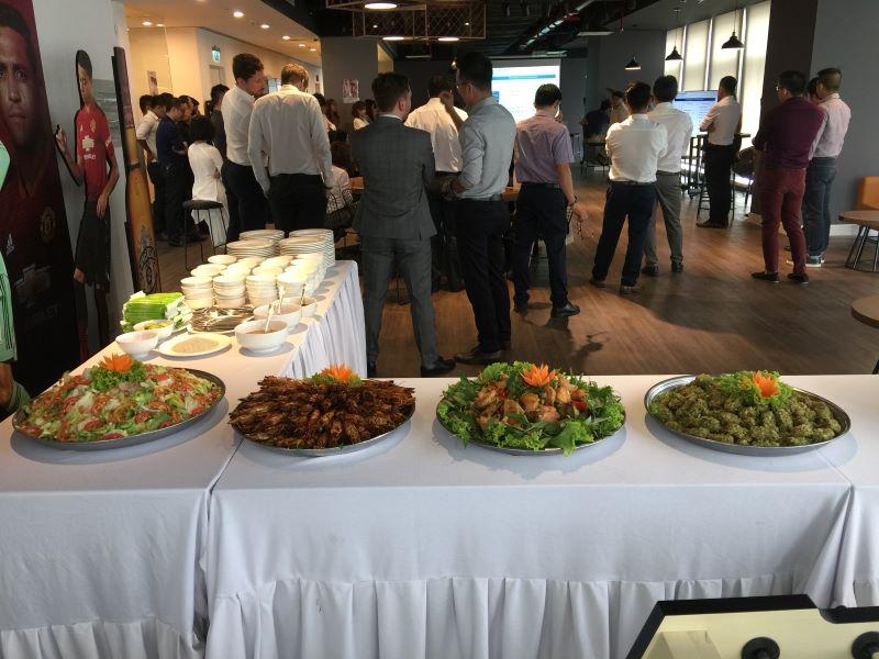 Đãi tiệc sinh nhật của công ty