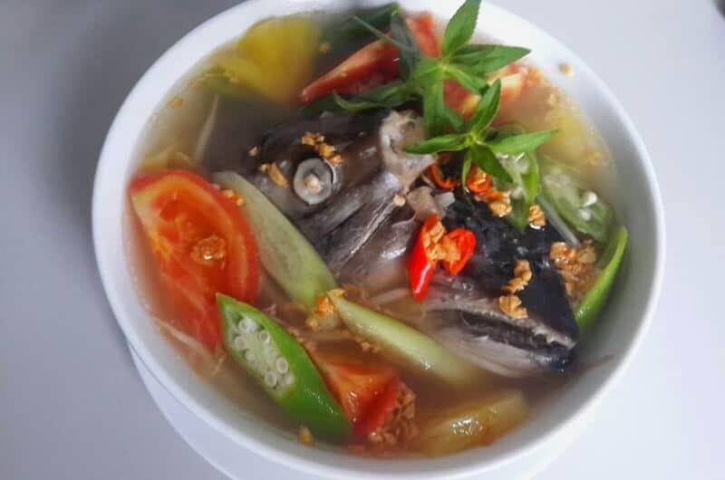 Xương cá hồi nấu chua
